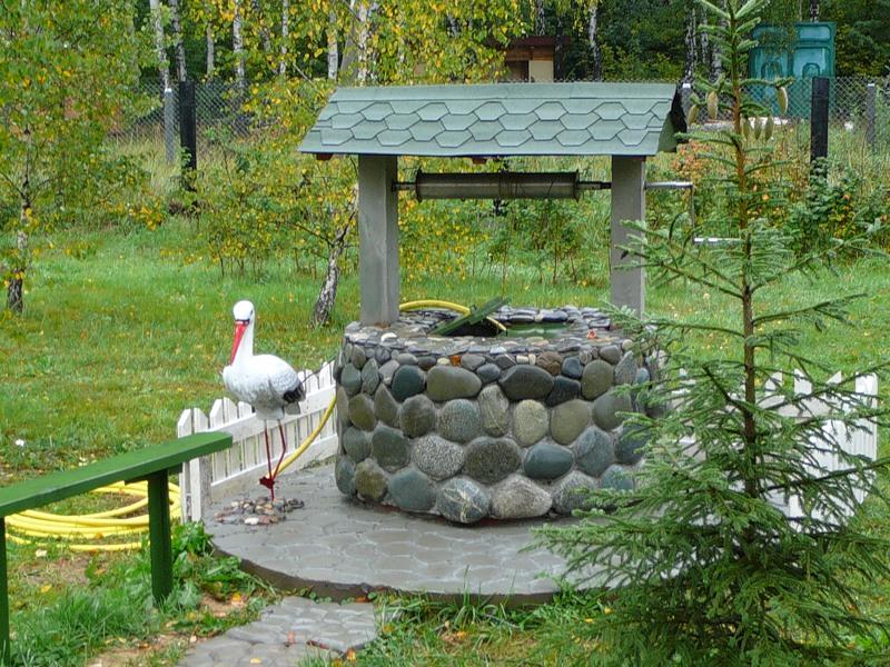 Оформление колодца на даче камнем