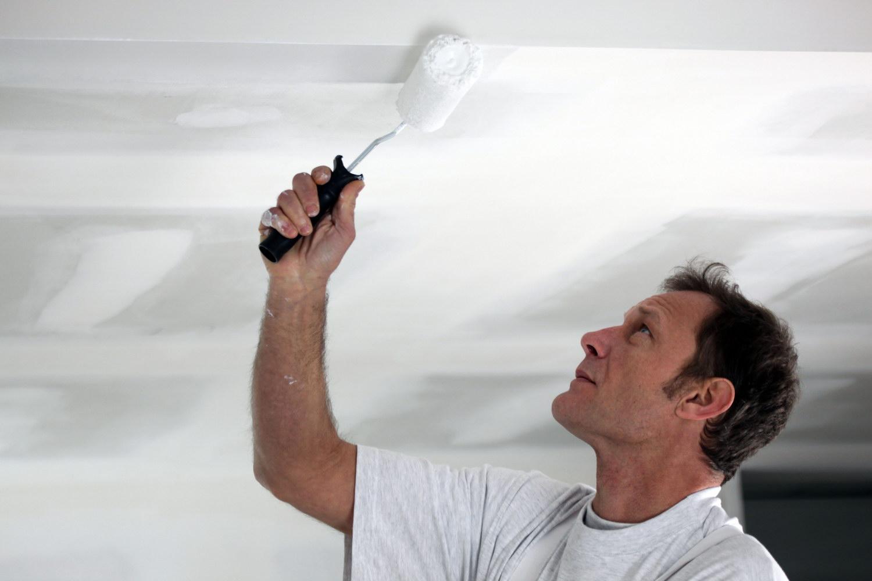 Какая краска лучше для потолка