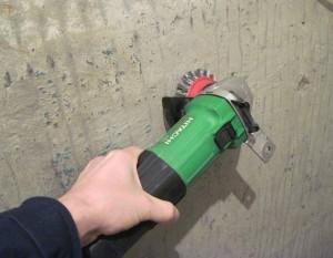зачистка стены перед шпатлеванием