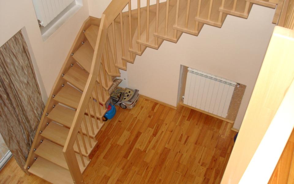 Лестница у окна на второй этаж своими руками 56