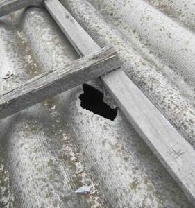 как заделать дырку в шифере на крыше