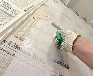 nakleivanie-gazety-na-stenu-2