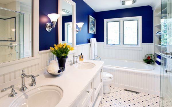 Интерьер ванной комнаты: изящный бортик над ванной