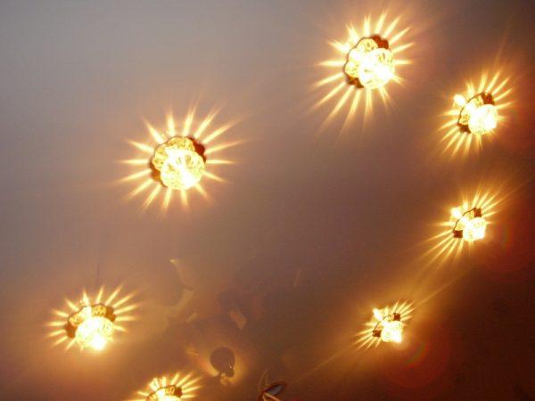Точечные светильники с галогенными лампами в интерьере