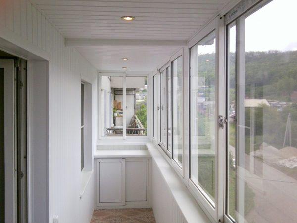 Почему лучше заказать остекление балкона в компании «Мосгор-балкон»?